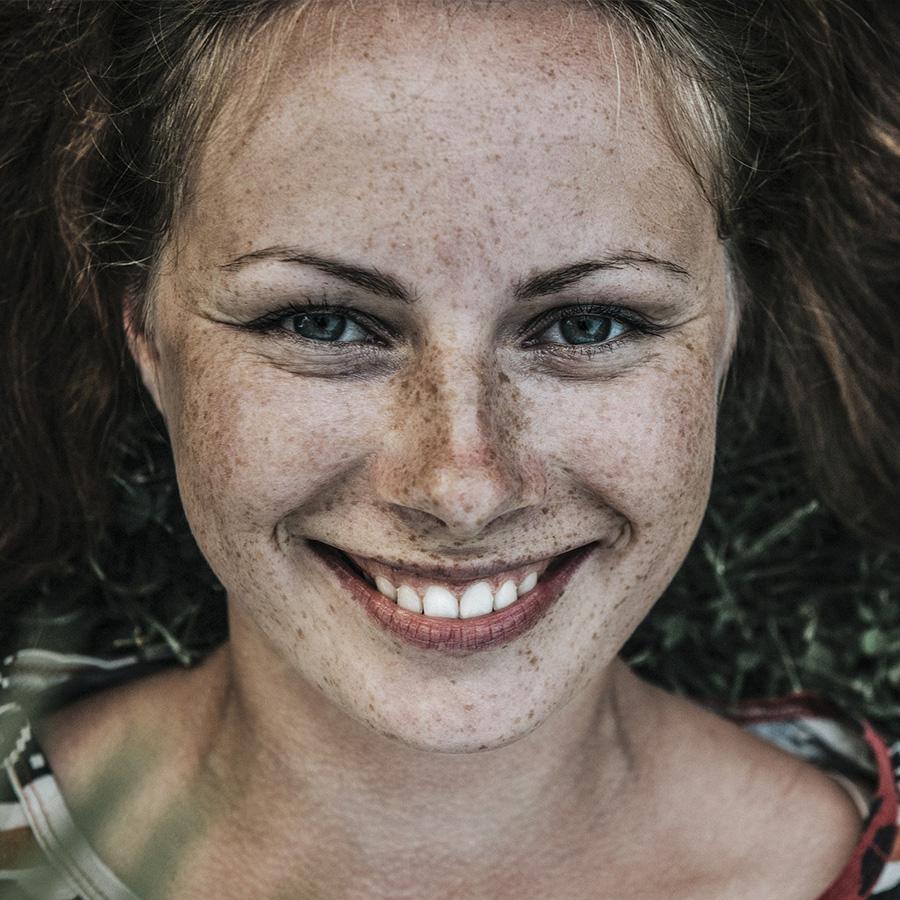 Daphne J, Flirtanzeige beim Partnerservice, Kelheim